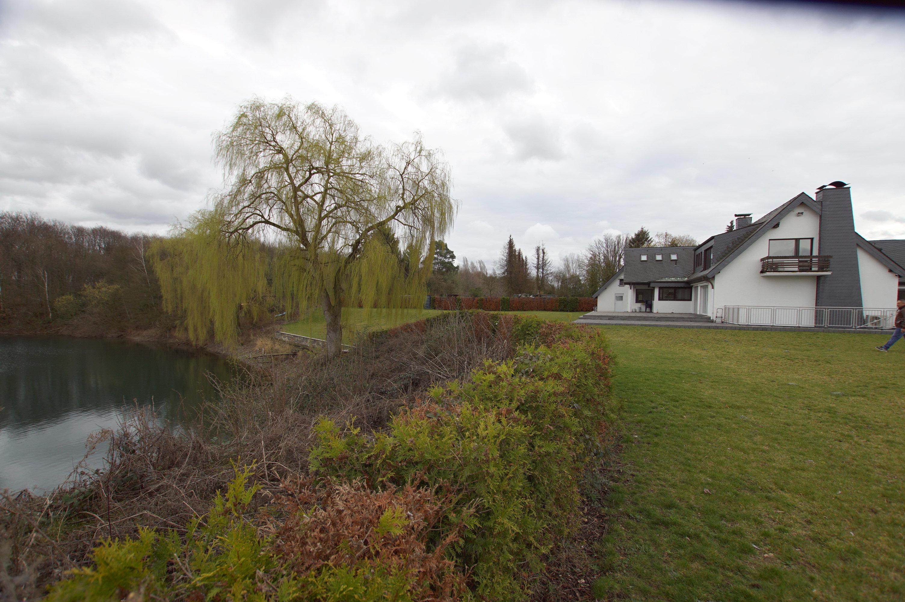 ein haus mit see sehr gro e villa mit eigenem see und. Black Bedroom Furniture Sets. Home Design Ideas